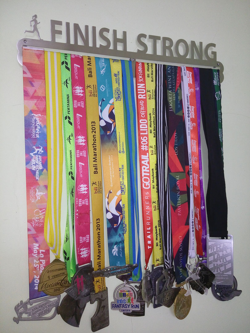 MEDAL HANGER - FINISH STRONG - FEMALE
